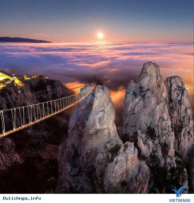 Rợn người trên ''cây cầu đến địa ngục'' trên núi Ai-Petri